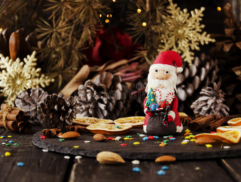 La estatuilla Santa Claus Christmas EL FONDO ramifica, foco selectivo fotografía de archivo libre de regalías