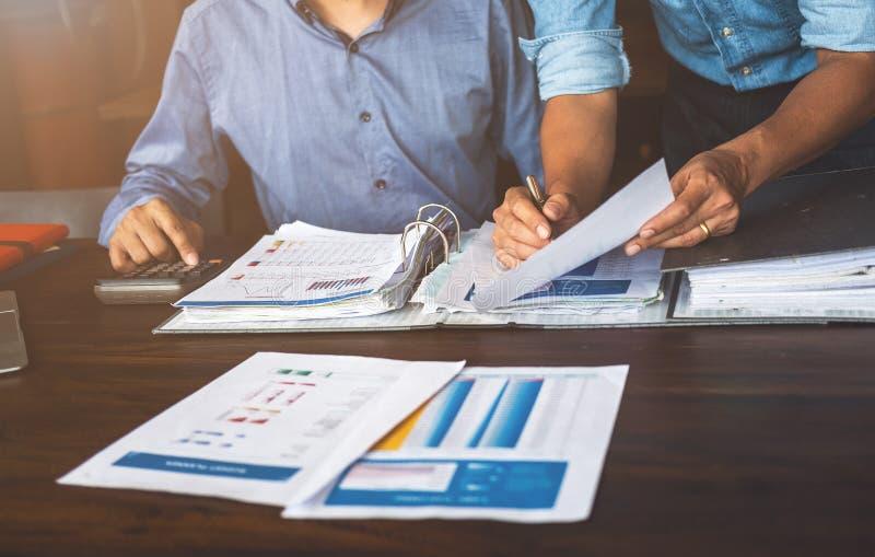 La estrategia de planificación de dos hombres de negocios en el escritorio con papeleo, equipo del estratega analiza datos o la i fotos de archivo