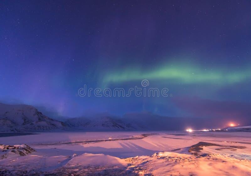 La estrella ártica polar del cielo del aurora borealis de la aurora boreal en montañas de la ciudad de Noruega Svalbard Longyearb imagen de archivo