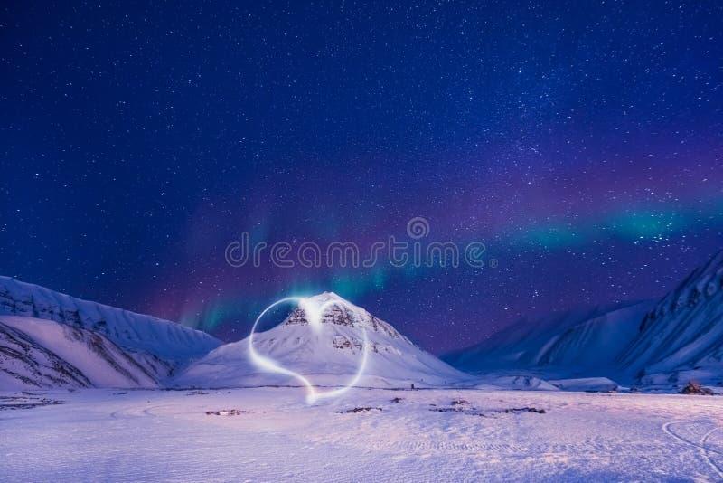 La estrella ártica polar Noruega Svalbard del cielo del aurora borealis de la aurora boreal en montañas de la ciudad de Longyearb fotos de archivo libres de regalías