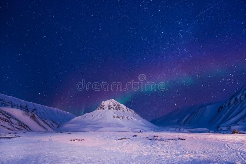 La estrella ártica polar Noruega Svalbard del cielo del aurora borealis de la aurora boreal en montañas de la ciudad de Longyearb foto de archivo