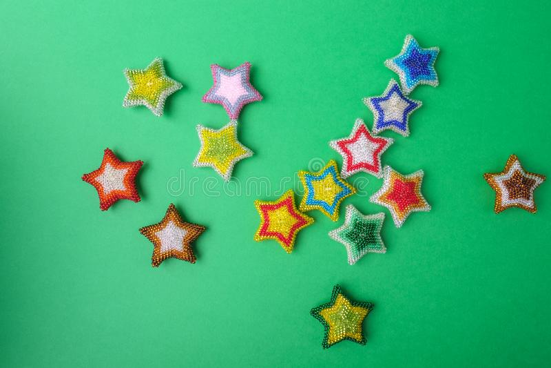 La estrella del Año Nuevo de la Navidad protagoniza diversos colores hechos de las gotas hechas a mano en fondo verde imagen de archivo