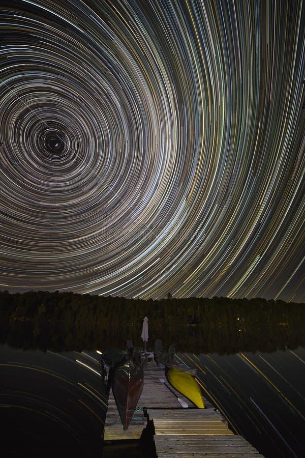 La estrella se arrastra sobre un muelle de la cabaña - Ontario, Canadá fotografía de archivo