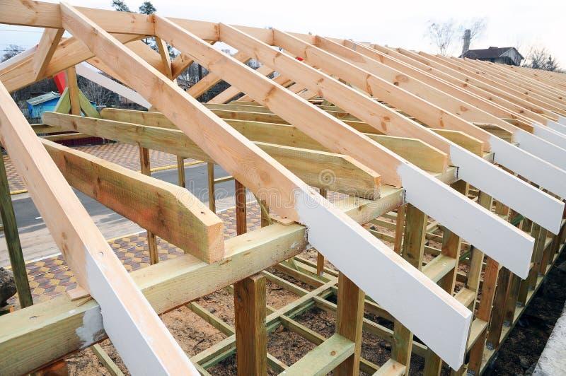 La estructura de madera del edificio Construcción de la techumbre Construcción de madera de la casa de marco del tejado imagen de archivo