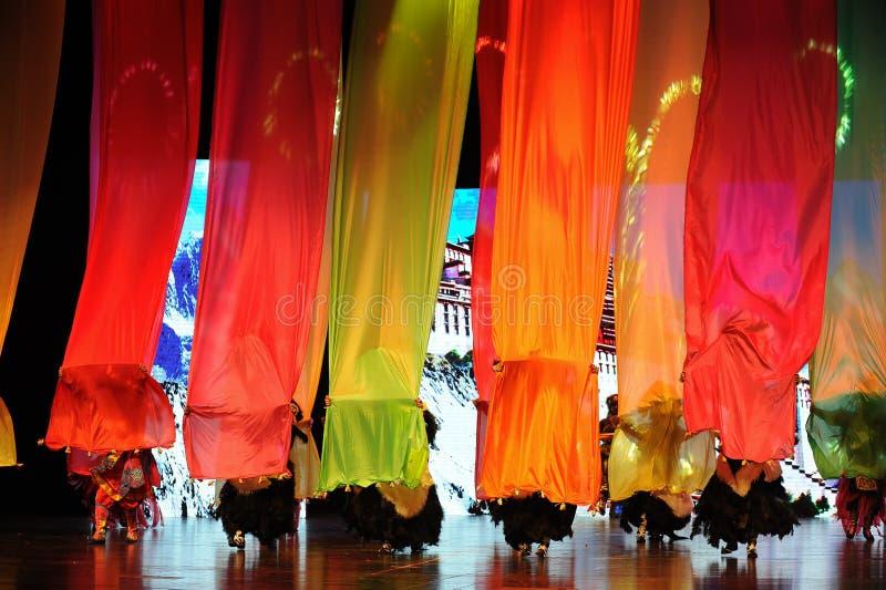 La estructura de seda coloreada un  puente-grande del show†de los escenarios de la escala el  del legend†del camino foto de archivo