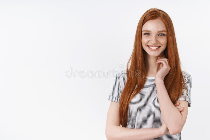 La estudiante joven europea sonriente 20s del jengibre apuesto descarado divirtió el cuello entretenido del tacto que miraba la m imagenes de archivo