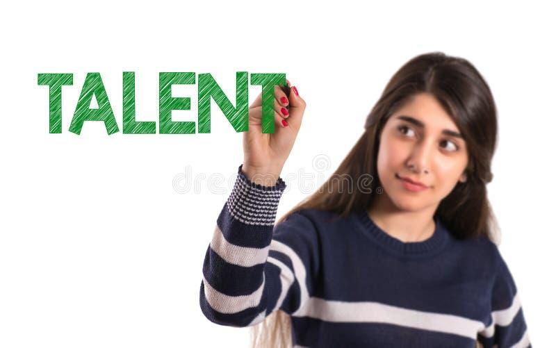 La estudiante universitaria adolescente escribe talento en la pantalla transparente fotos de archivo
