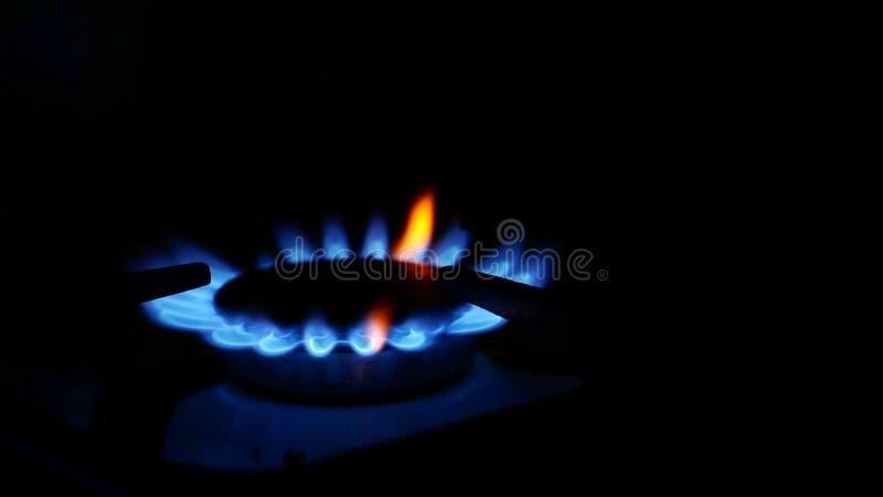 La estufa de gas nacional es gas video azul encendido foto de archivo