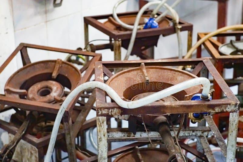 La estufa de gas vieja, muchas estufas de gas viejas del metal marrón fue dejada fotografía de archivo