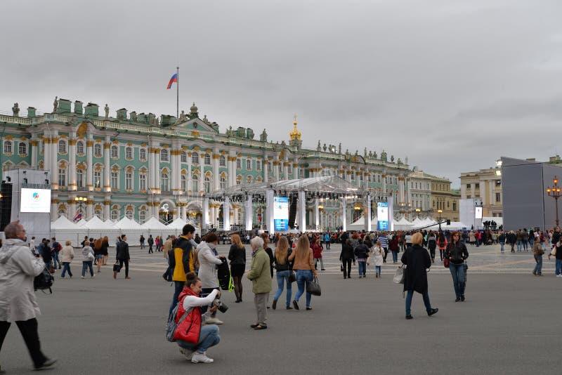 La etapa antes del concierto en el cuadrado del palacio dedicado a la c foto de archivo libre de regalías