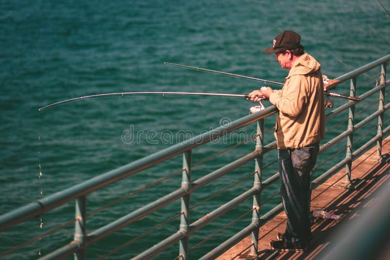 LA, Etats-Unis - 30 octobre 2018 : Un pêcheur sur Santa Monica Pier images libres de droits
