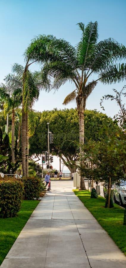 LA, ETATS-UNIS - 30 OCTOBRE 2018 : Une vue en bas d'une rue pendant l'été en LA photographie stock libre de droits