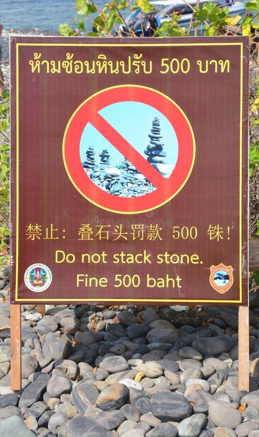 La etiqueta de no apila la piedra, Koh Hin Ngam imagenes de archivo