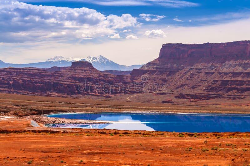 La evaporación acumula cerca del camino de la potasa en Moab Utah fotos de archivo