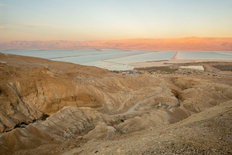 La evaporación de la sal del valle de Zohar, y del mar muerto acumula fotografía de archivo