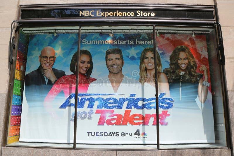 La exhibición de la ventana de tienda de la experiencia del NBC adornada con el ` s de América consiguió el logotipo del talento  imágenes de archivo libres de regalías