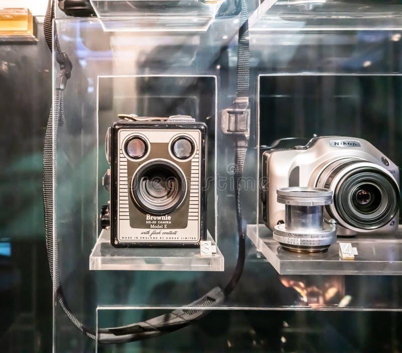 La exhibición del modelo E del brownie Six-20 de la cámara del vintage en el escaparate de cristal en el museo de ciencia fotos de archivo