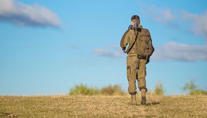 La experiencia y la práctica presta la caza del éxito Afición de la caza Ambiente de la naturaleza de la caza del individuo Búsqu imagen de archivo