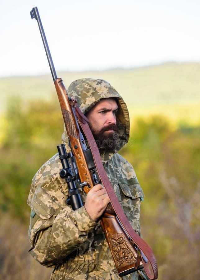 La experiencia y la práctica presta la caza del éxito El gran juego de la caza requiere típicamente la etiqueta que cada animal c foto de archivo