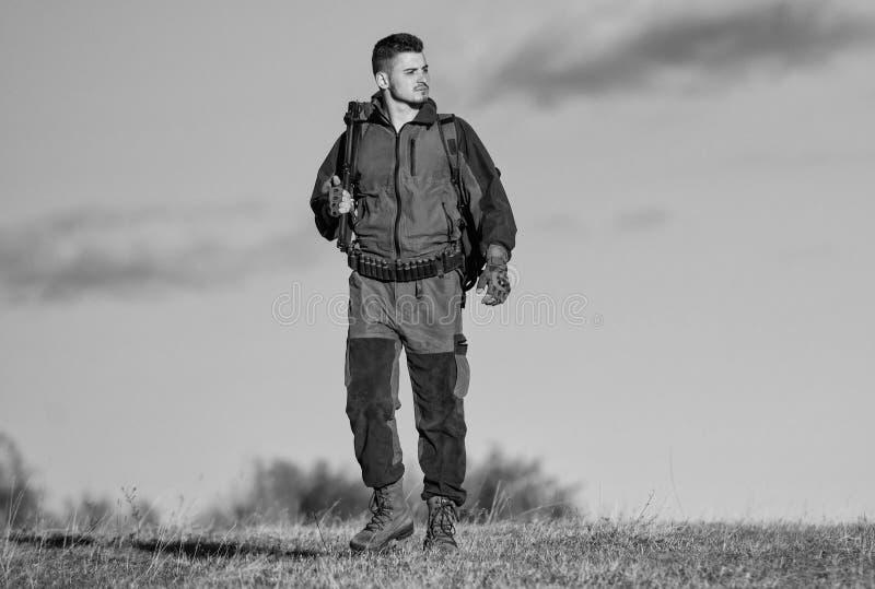 La experiencia y la pr?ctica presta la caza del ?xito Afici?n de la caza Ambiente de la naturaleza de la caza del individuo Activ fotografía de archivo libre de regalías