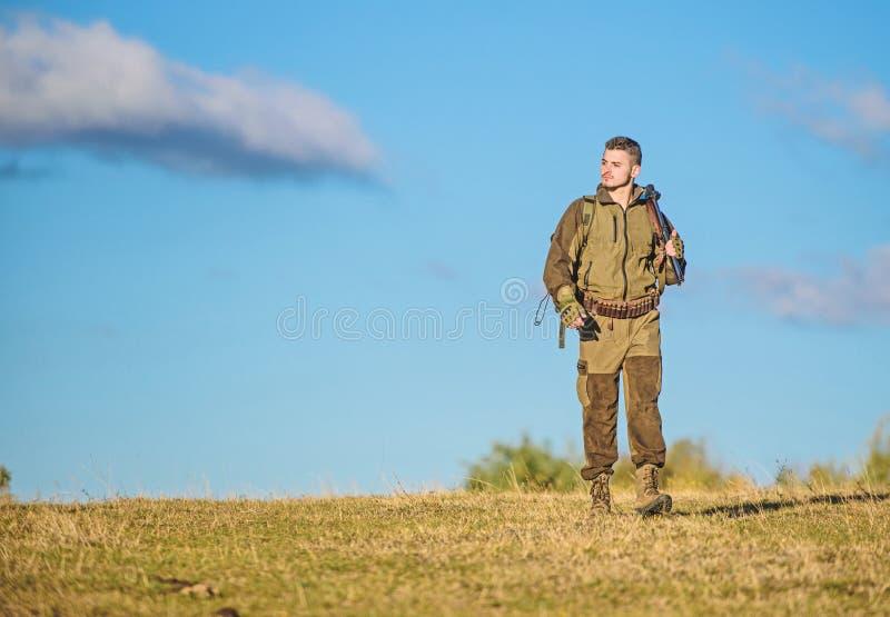 La experiencia y la pr?ctica presta la caza del ?xito Arma o rifle del arma de la caza Afici?n de la caza Naturaleza de la caza d imagen de archivo libre de regalías