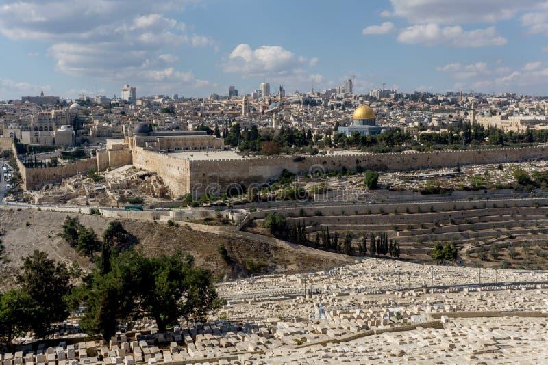 La Explanada de las Mezquitas y los sepulcros del monte de los Olivos en frente en Jerusalén imagen de archivo