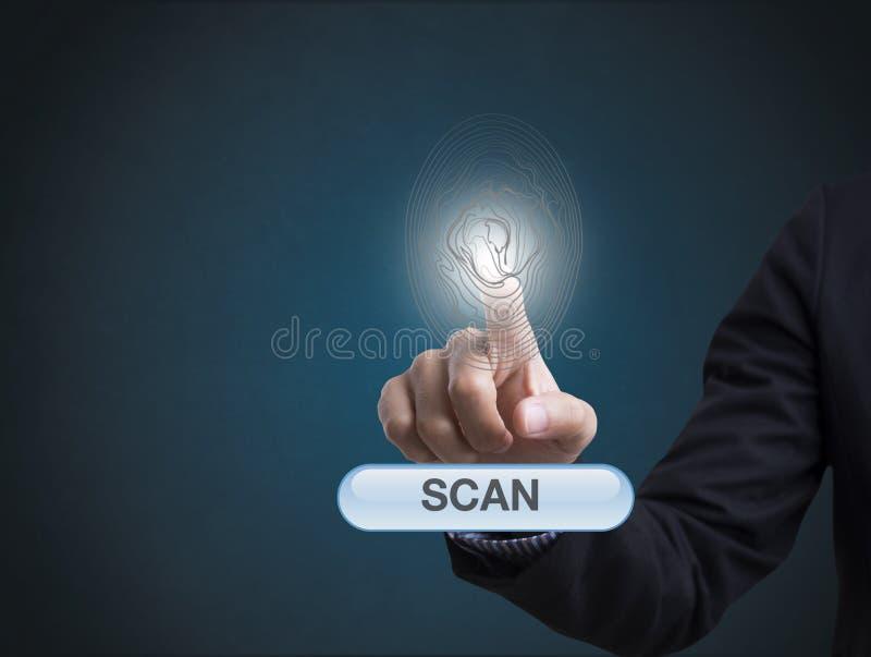 La exploración de la huella dactilar de la mano del hombre de negocios proporciona el acceso de la seguridad fotos de archivo libres de regalías