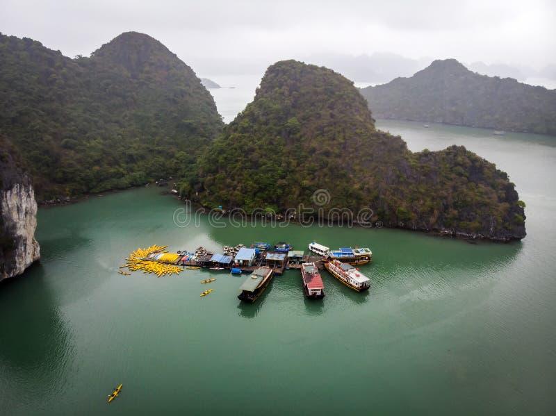La exploración de las islas y de las grutas de la bahía de Halong se hace mejor usando uno de los desperdicios tradicionales que  foto de archivo libre de regalías