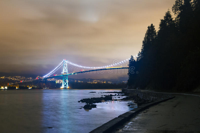 La exposición larga de la noche tiró del puente con las luces que brillaban intensamente foto de archivo