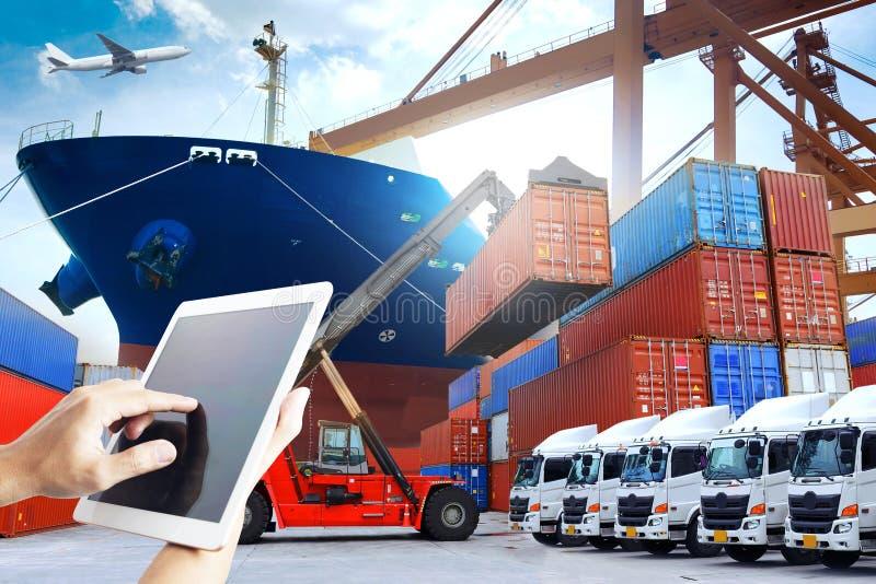 La exposición múltiple de la tecnología de la industria naval de la logística de la gente está utilizando el teléfono y la tablet fotos de archivo libres de regalías