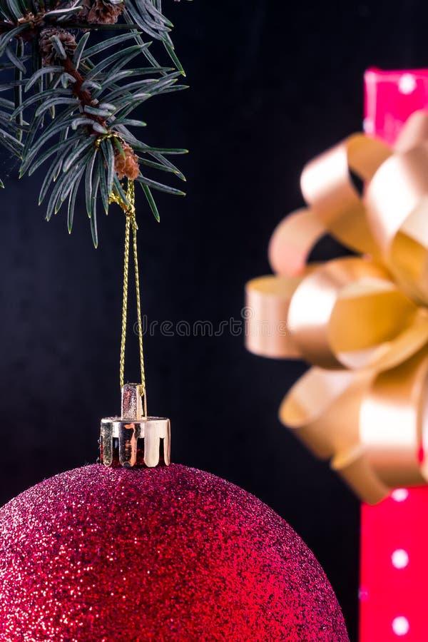 La extremidad de la bola de la Navidad imagen de archivo libre de regalías