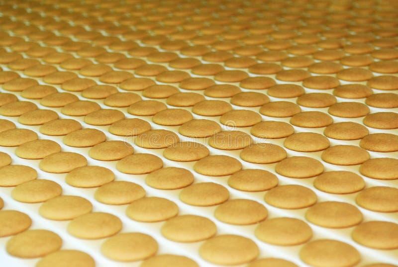 La fábrica de la producción de la galleta y de la galleta alinea, la banda transportadora fotos de archivo libres de regalías