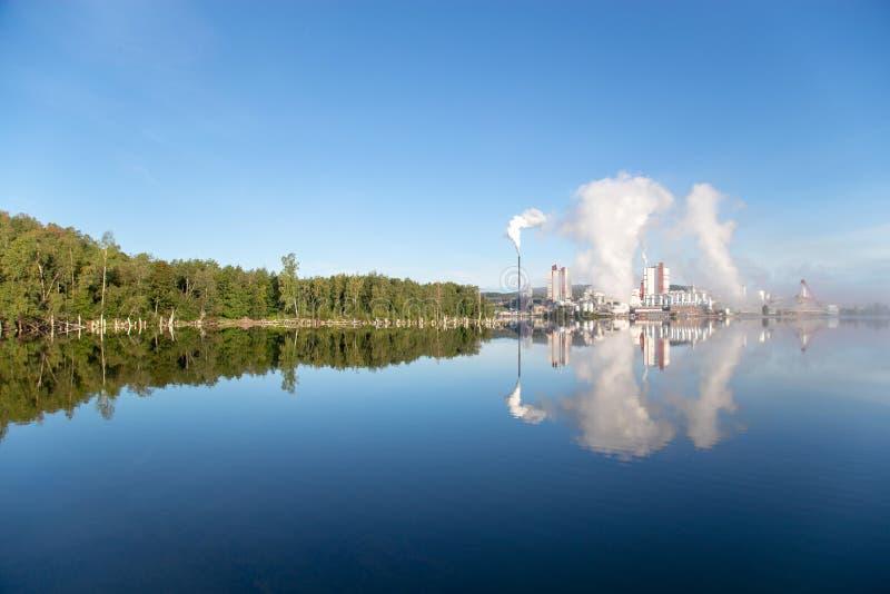 la fábrica está lanzando humo imagen de archivo