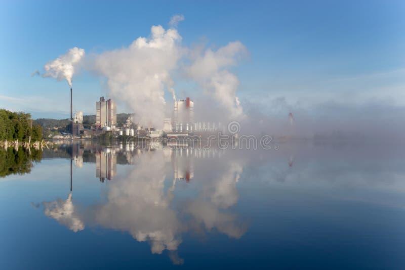 la fábrica está lanzando humo fotografía de archivo