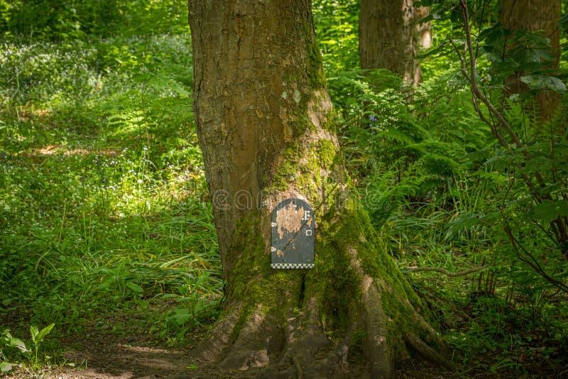 La fée Glen Police Station au pied d'un arbre en parc de Fullarton par Troon en Ecosse image libre de droits