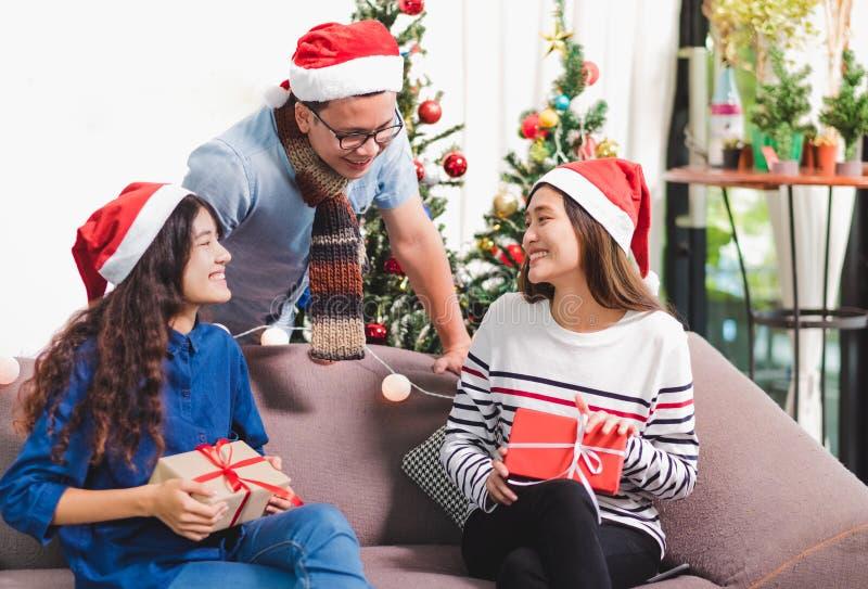 La fête de Noël avec des amis, personnes de l'Asie échangent le cadeau avec le SMI photographie stock