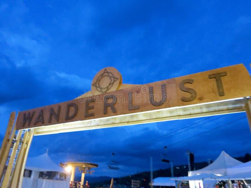 La fête de Wanderlust signe contre le ciel nuageux au Snowmass Village image stock