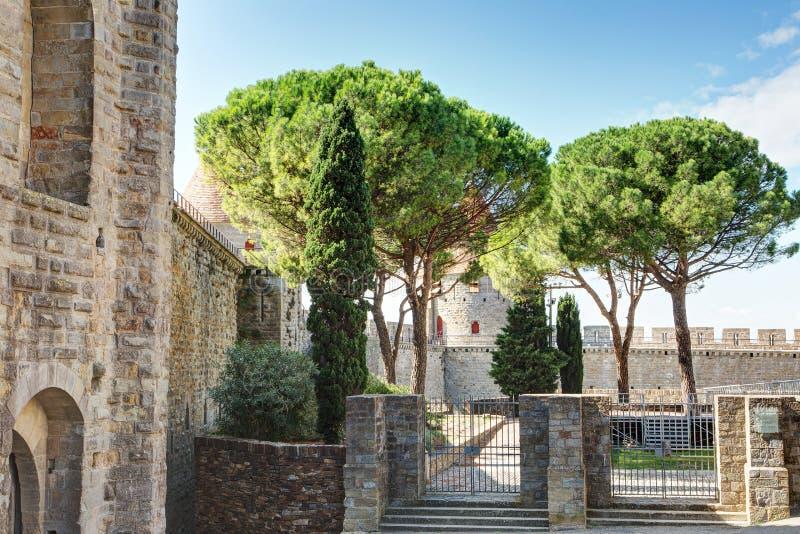 La för Basilique Saint Nazairedans citerar de Carcassonne - Aude & x28; France& x29; arkivbilder