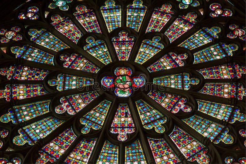 La för Vitraux de lla Basilique Saint Nazairedans citerar de Carcassonne - Aude & x28; France& x29; royaltyfri fotografi