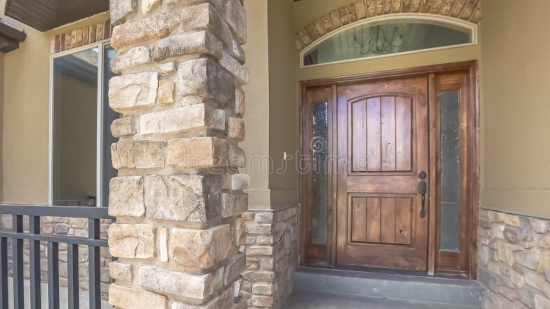 La façade à la maison de cadre de panorama avec la porte en bois brune a givré les feux de position et la fenêtre de traverse arq photographie stock