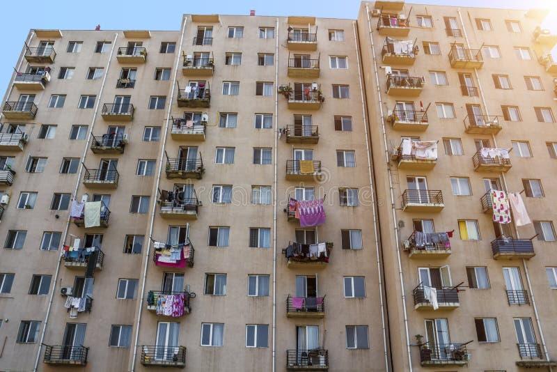 La façade d'un bâtiment à plusiers étages images libres de droits