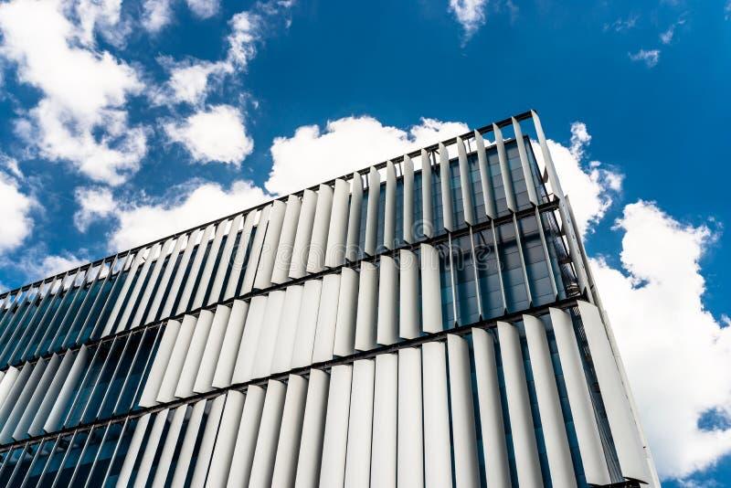 La façade d'un bâtiment moderne avec une façade innovatrice faite d'abat-jour automatiques et mobiles dans la perspective de l'es image stock