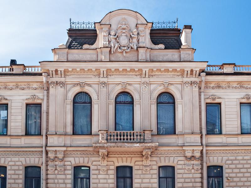 La façade d'un phare avec de grandes fenêtres avec le holdi d'anges photos stock