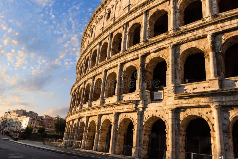 La façade de Colosseum et la vue de ciel bleu dans le matin Rome photographie stock libre de droits
