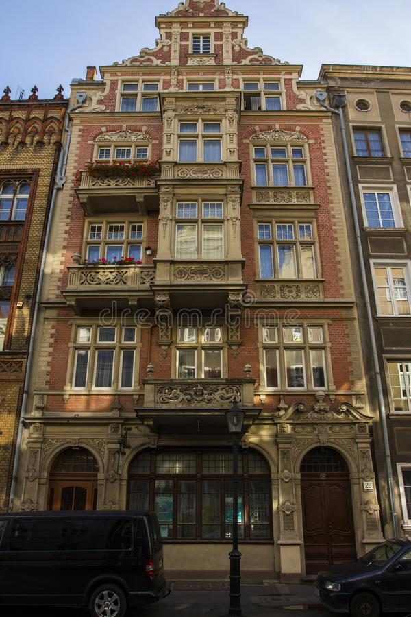 La façade du beau bâtiment historique sur la rue de la vieille ville de Danzig poland images stock