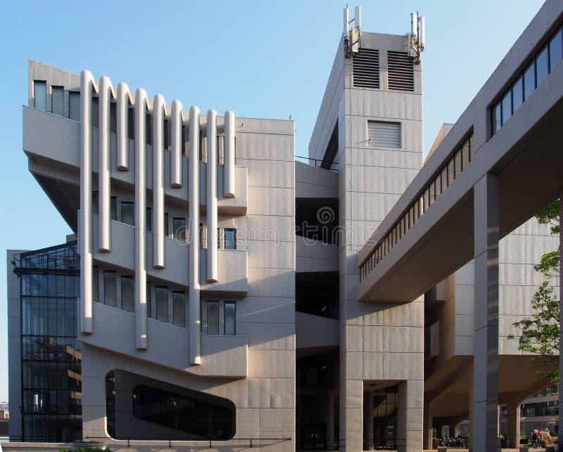 La façade et la passerelle du bâtiment de Roger Stevens à l'université de Leeds un bâtiment en béton de brutalist par le chambell image libre de droits