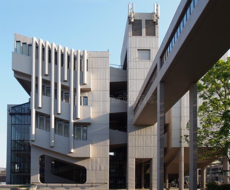 La façade et la passerelle du bâtiment de Roger Stevens à l'université de Leeds un bâtiment en béton de brutalist par le chambell photographie stock libre de droits