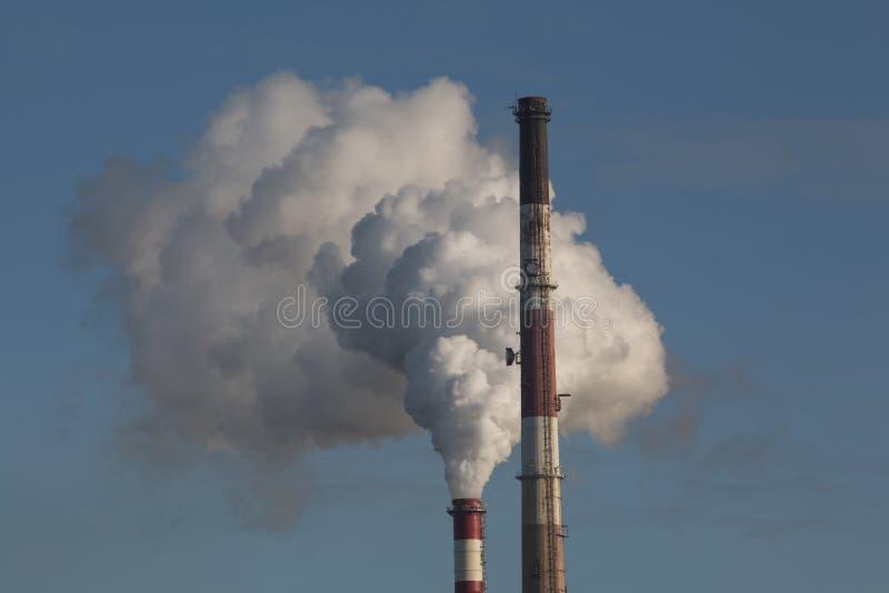 La fabbrica convoglia il fumo immagine stock libera da diritti