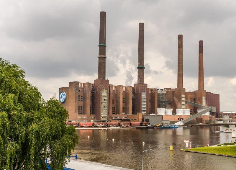 La fabbrica delle case automobilistiche VW Volkswagen a Wolfsburg, Germania, il 15 giugno 2018, con i quattro camini al porto immagine stock
