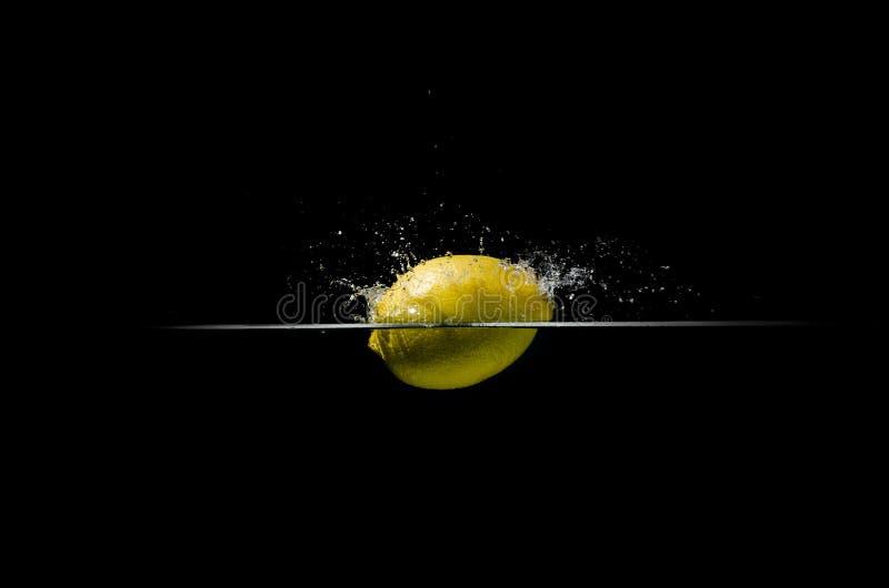 La fabbricazione del limone spruzza nell'acqua fotografie stock libere da diritti